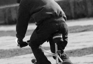 Стыдоба! Взрослый дядюшка забрал у мальчишки велосипед