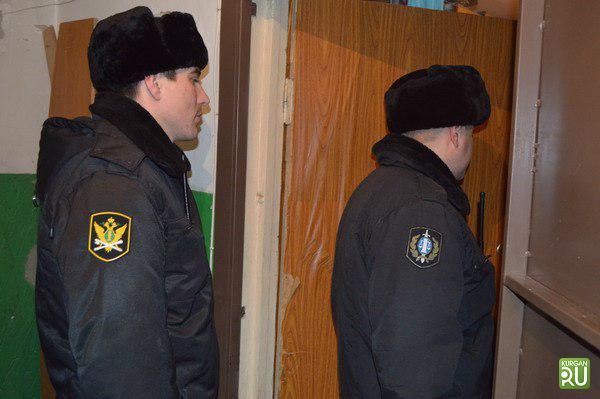 ВКургане мужчина спрятался отсудебных приставов втуалете